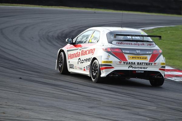 Matt Neale winning race 3 in the Honda Civic